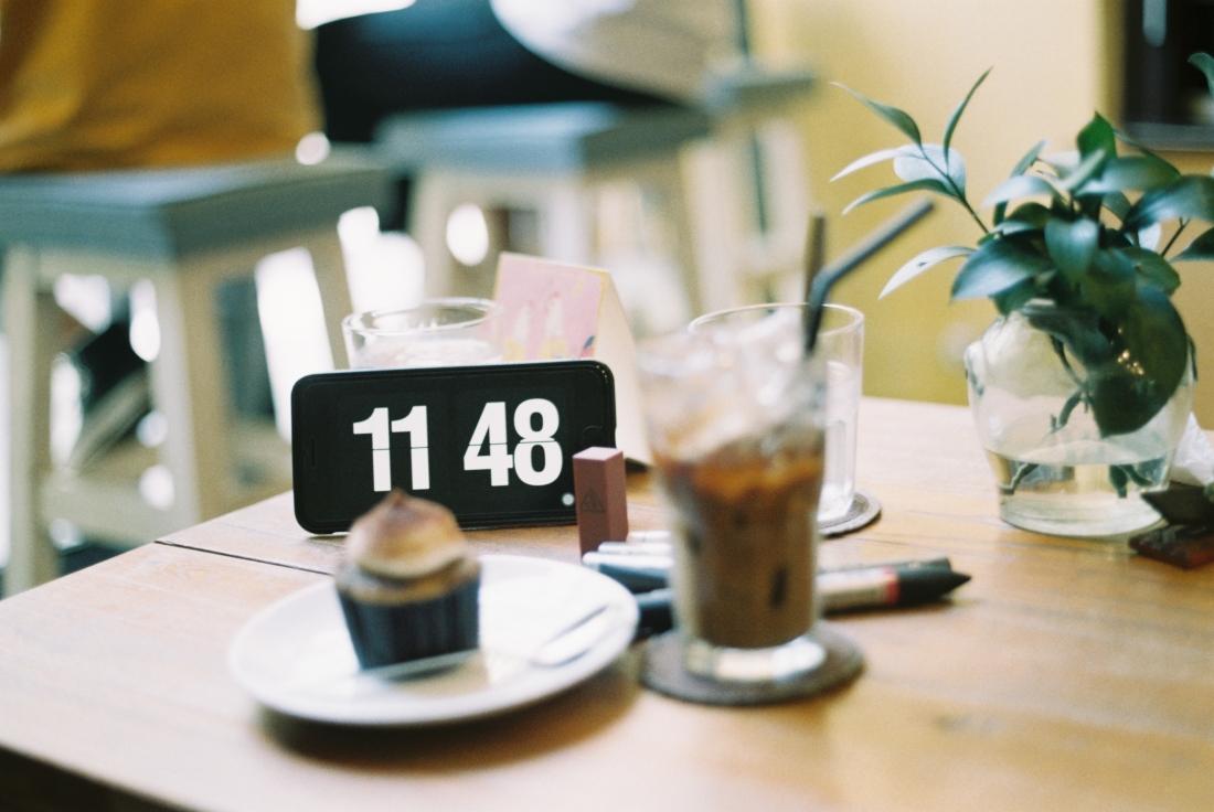 clock at a cafe